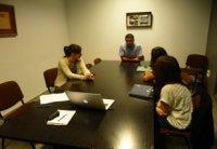 Foto Esteban Galán atiende a sus alumnos de prácticas extracurriculares