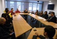 Foto El profesor Juan Carda atiende a sus alumnos de prácticas extracurriculares